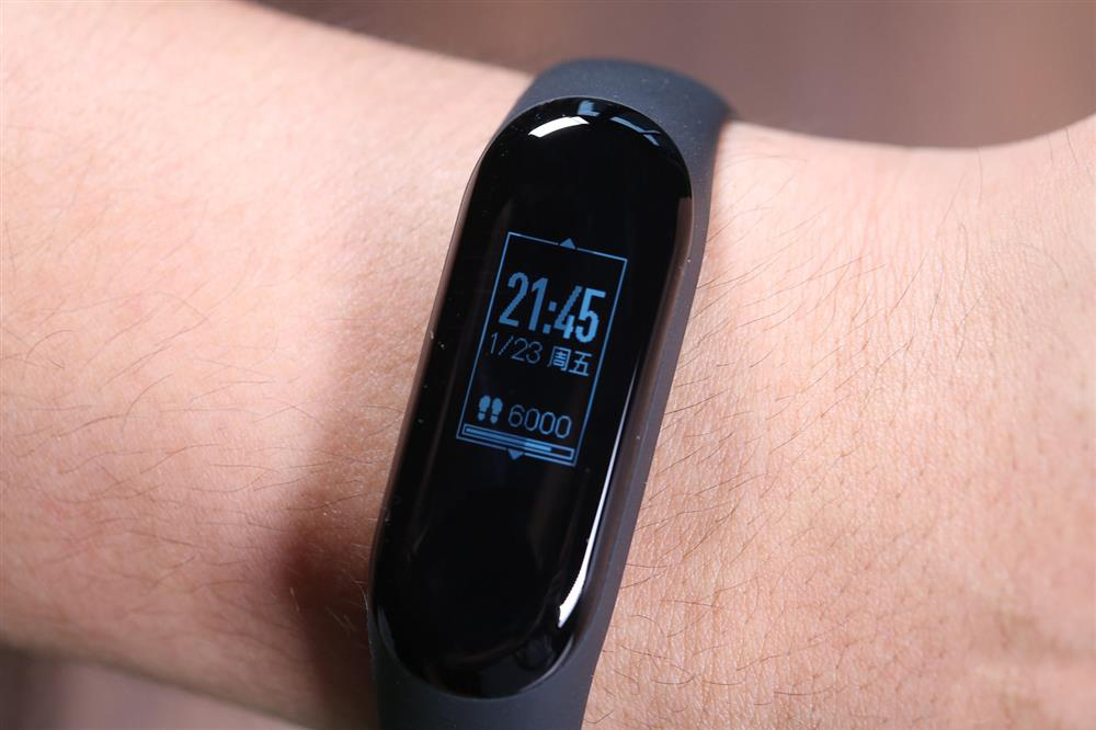 the xiaomi mi band 3 display on hand
